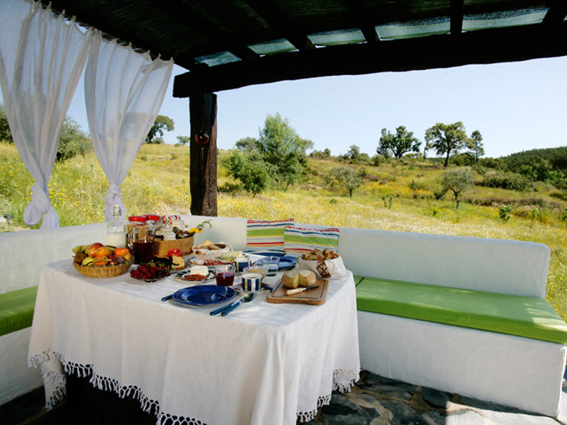 8-Moinho-do-Maneio-Penamacor-Portugal-Country-House-Breakfast-Eating-Outside
